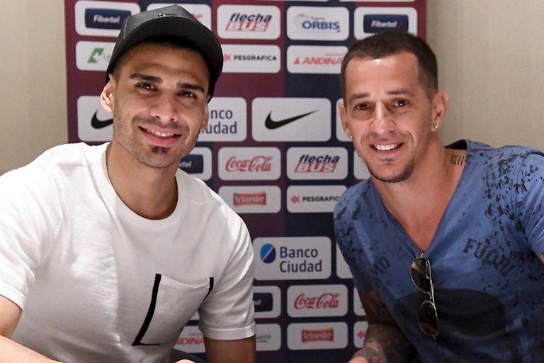 Monetti junto a Romagnoli, el manager de San Lorenzo, en la firma del contrato