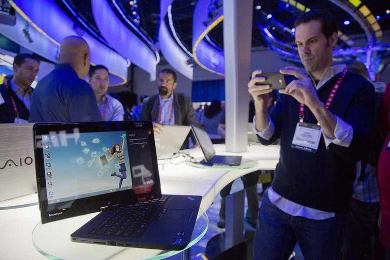 Una vista de una computadora híbrida Lenovo, 2 en 1 como suele denominar Intel a este segmento