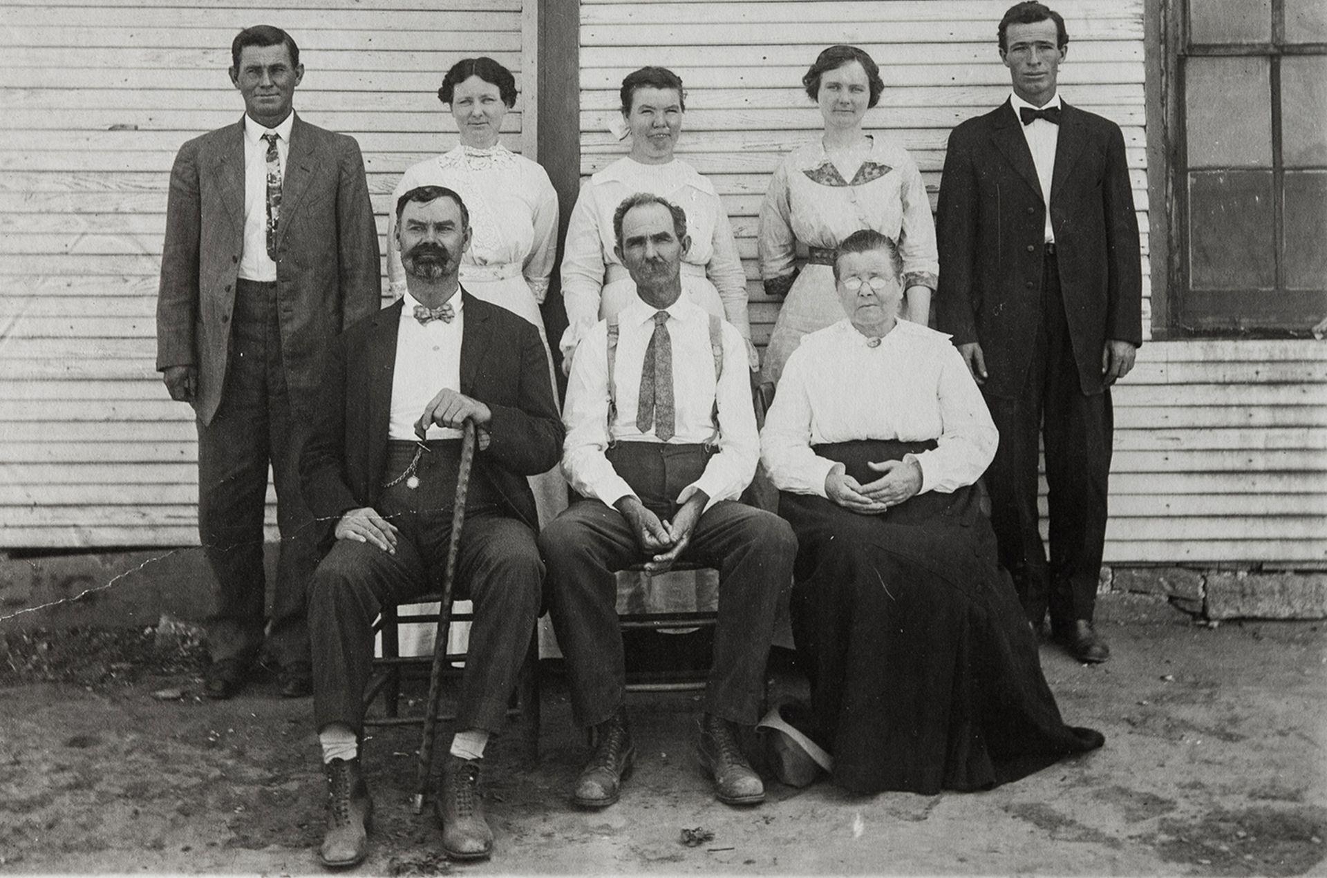 Jarred Jones (el primero sentado, con bastón) volvió a visitar a sus hermanos a Texas y Oklahoma en el verano de 1913, cuando tenía 50 años.
