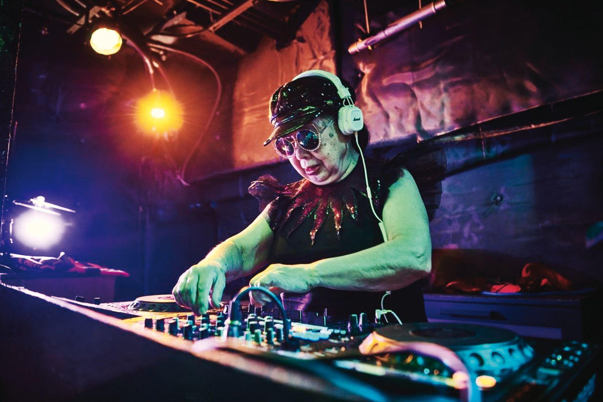 Sumiko Iwamura (DJ, 83 años) es un caso emblemático; empezó a formarse a los 77