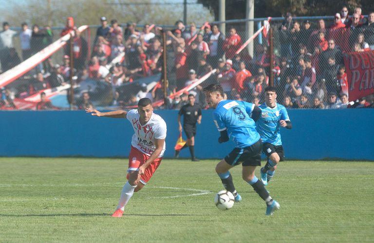 Una imagen del partido entre San Francisco y Huracán, con hinchadas de ambos clubes