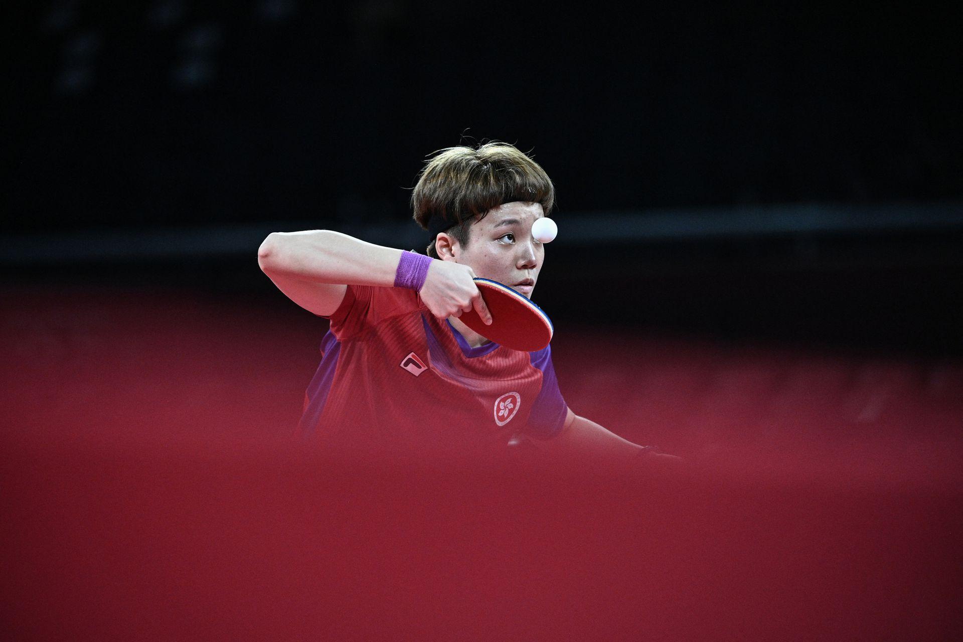 Doo Hoi-kem de Hong Kong sirve a Chen Meng de China durante el partido de tenis de mesa de cuartos de final de individuales femeninos