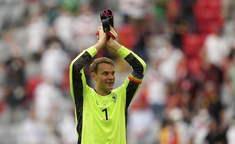 El arquero alemán Manuel Neuer lució una cinta con los colores del arcoiris durante la Eurocopa