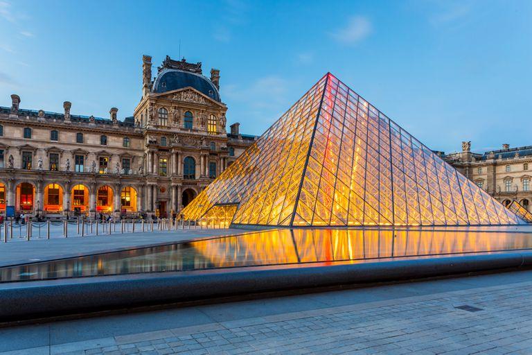 La pirámide del Louvre en Paris, Francia