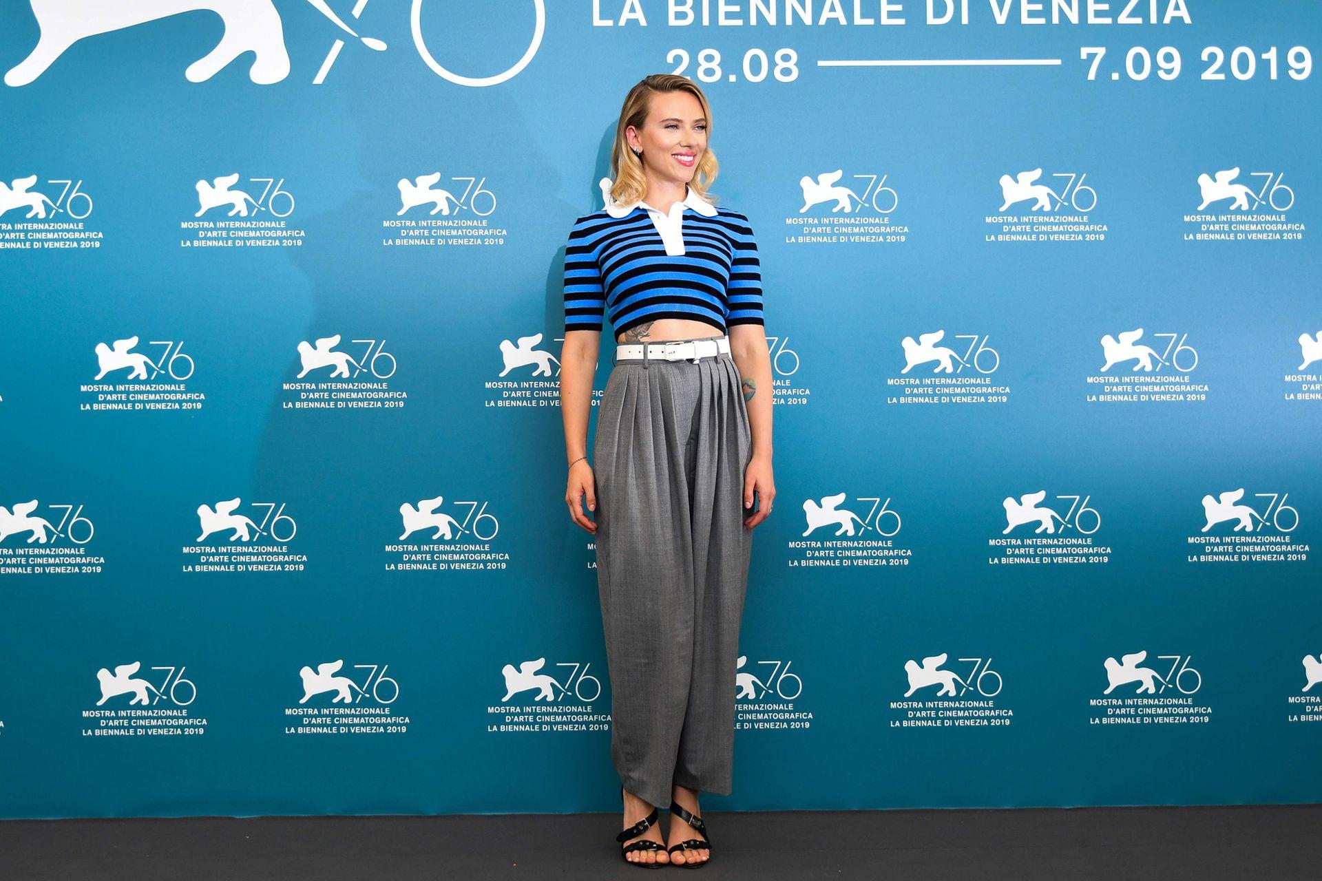 Poco antes de pasar por la alfombra roja, la actriz participó del photocall con un look mucho más informal