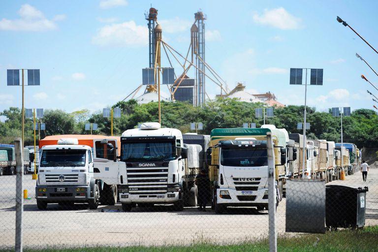 Camiones con cereal esperan turno para descargar en la planta de Cargil en San Lorenzo