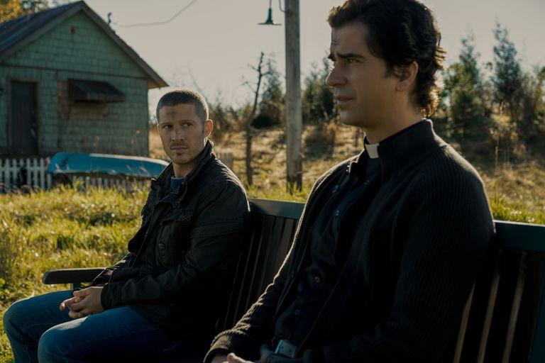Ryley (Zach Gilford) y el Padre Paul (Hamish Linklater) concentran la disputa entre el díscolo y el cura, entre el escepticismo y la creencia.
