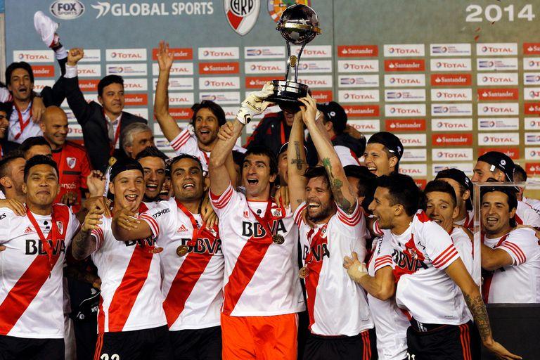 Barovero y Cavenaghi, los capitanes, levantan la Sudamericana 2014