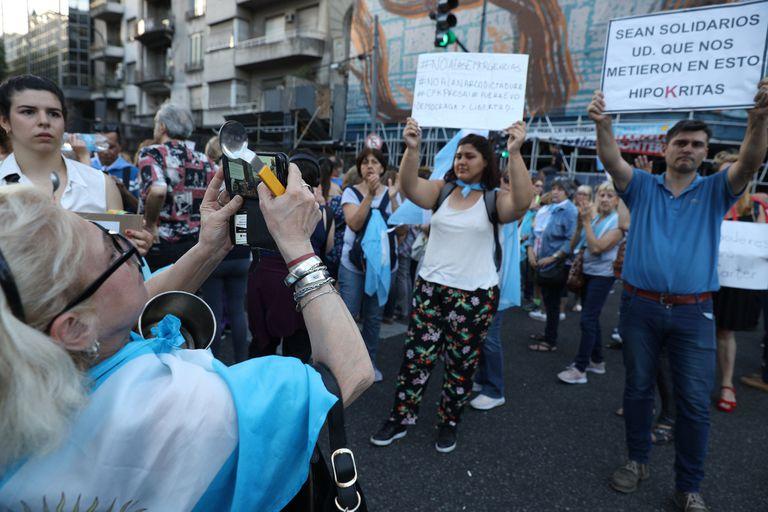 Manifestantes contra la ley de emergencia económica