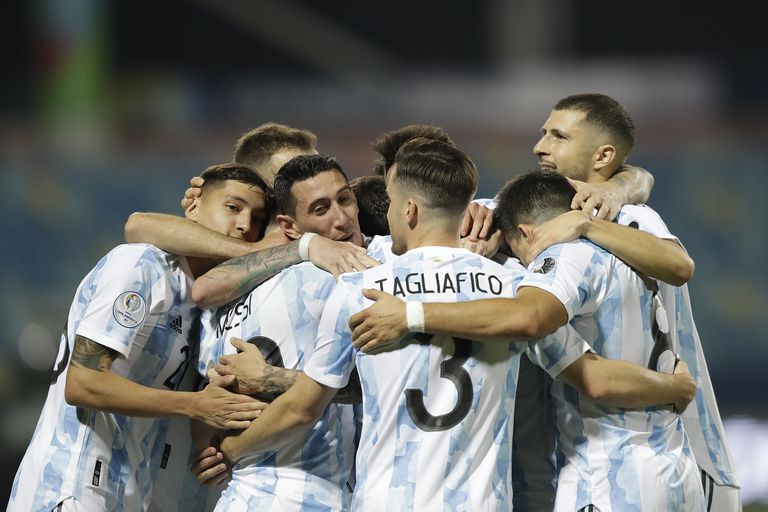 El equipo argentino es un ovillo humano que rodea a Leo, tras su golazo