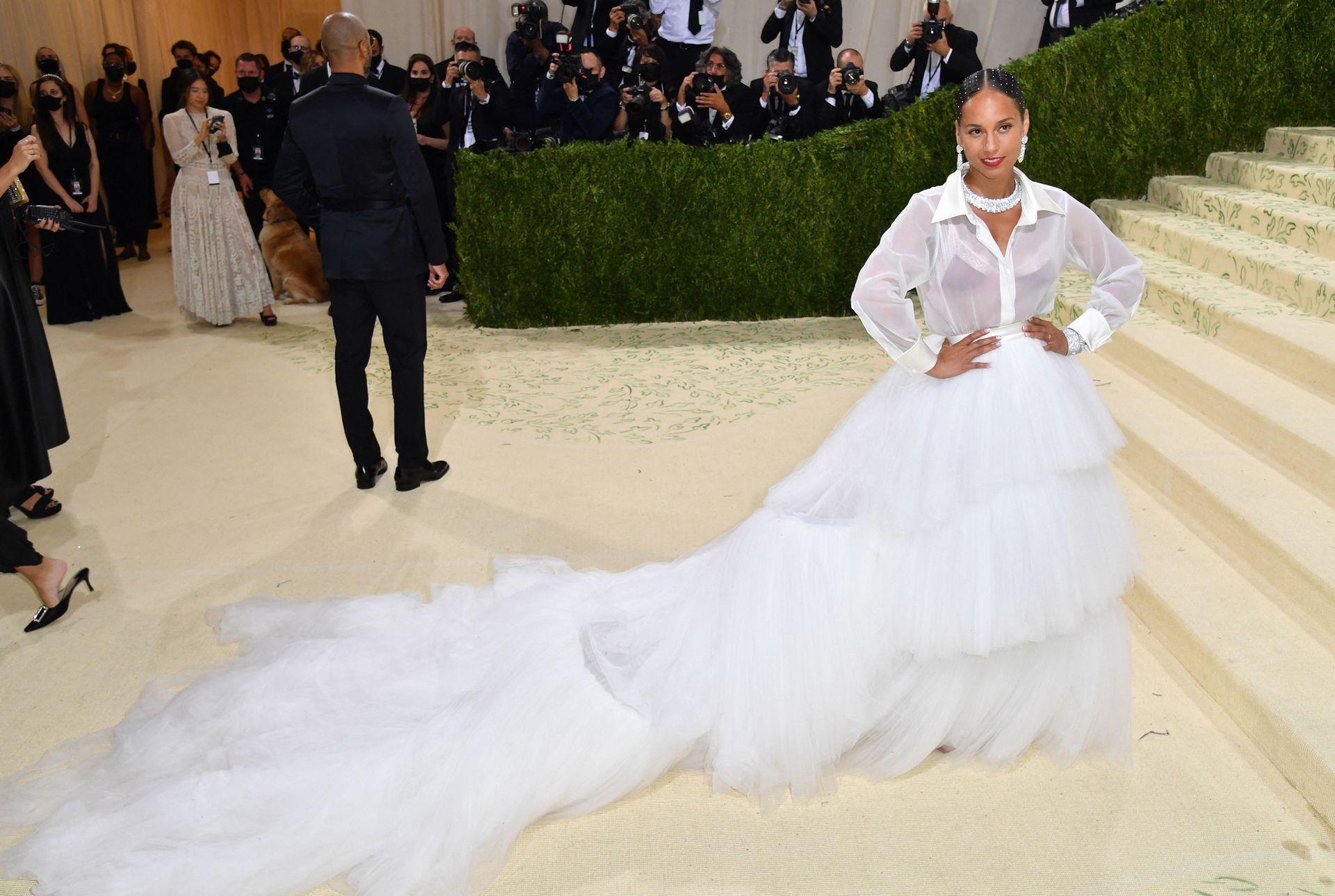 La cantante estadounidense Alicia Keys combinó una camisa transparente con una falda de gala blanca escalonada y grandes diamantes de Van Cleef & Arpels