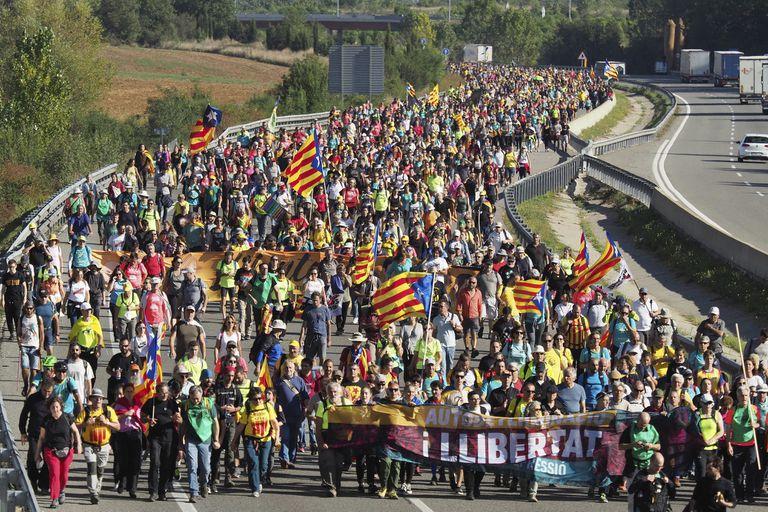 Miles de manifestantes separatistas, ayer, en una marcha en Girona