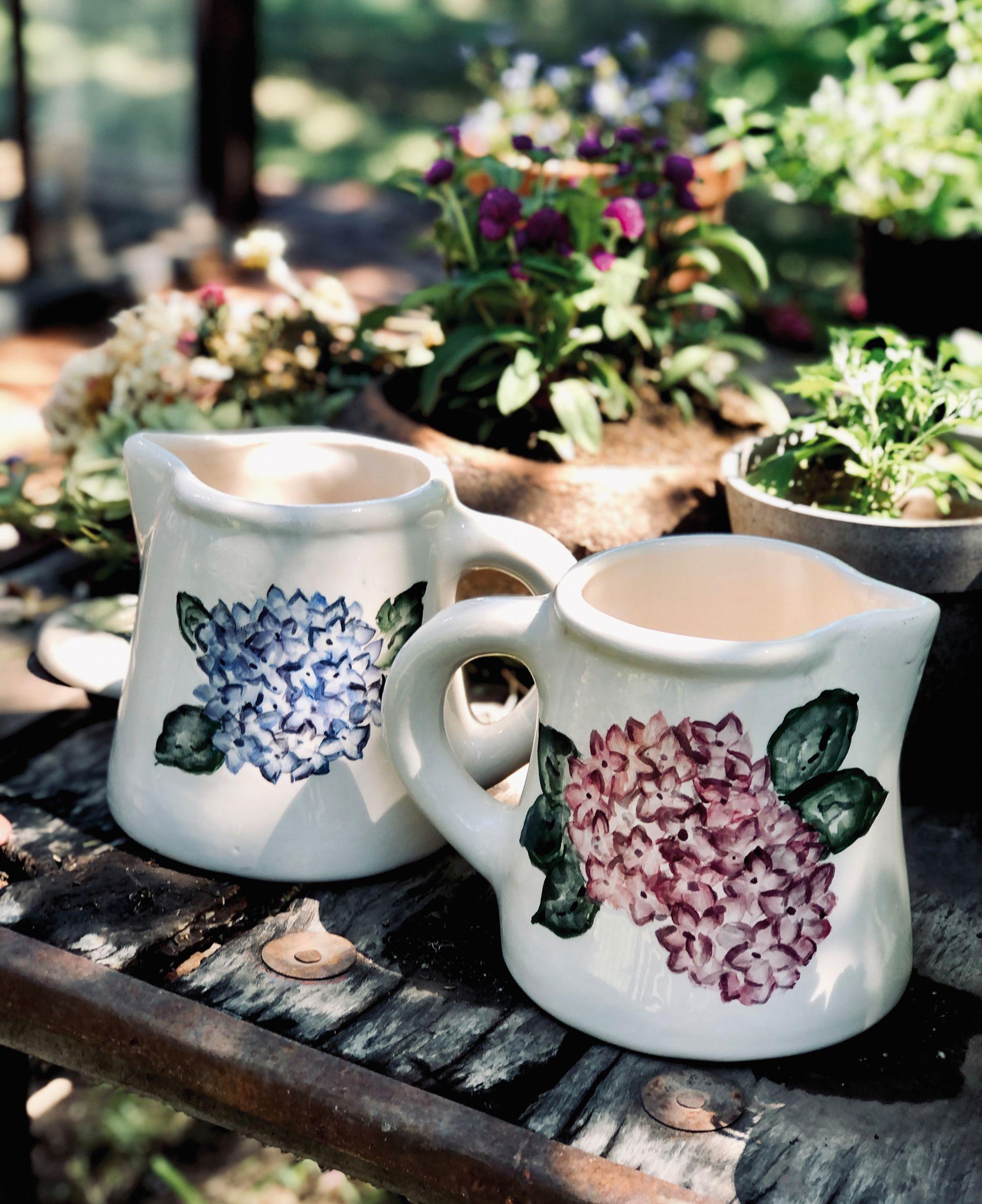 Jarras hechas en cerámica y pintadas a mano.