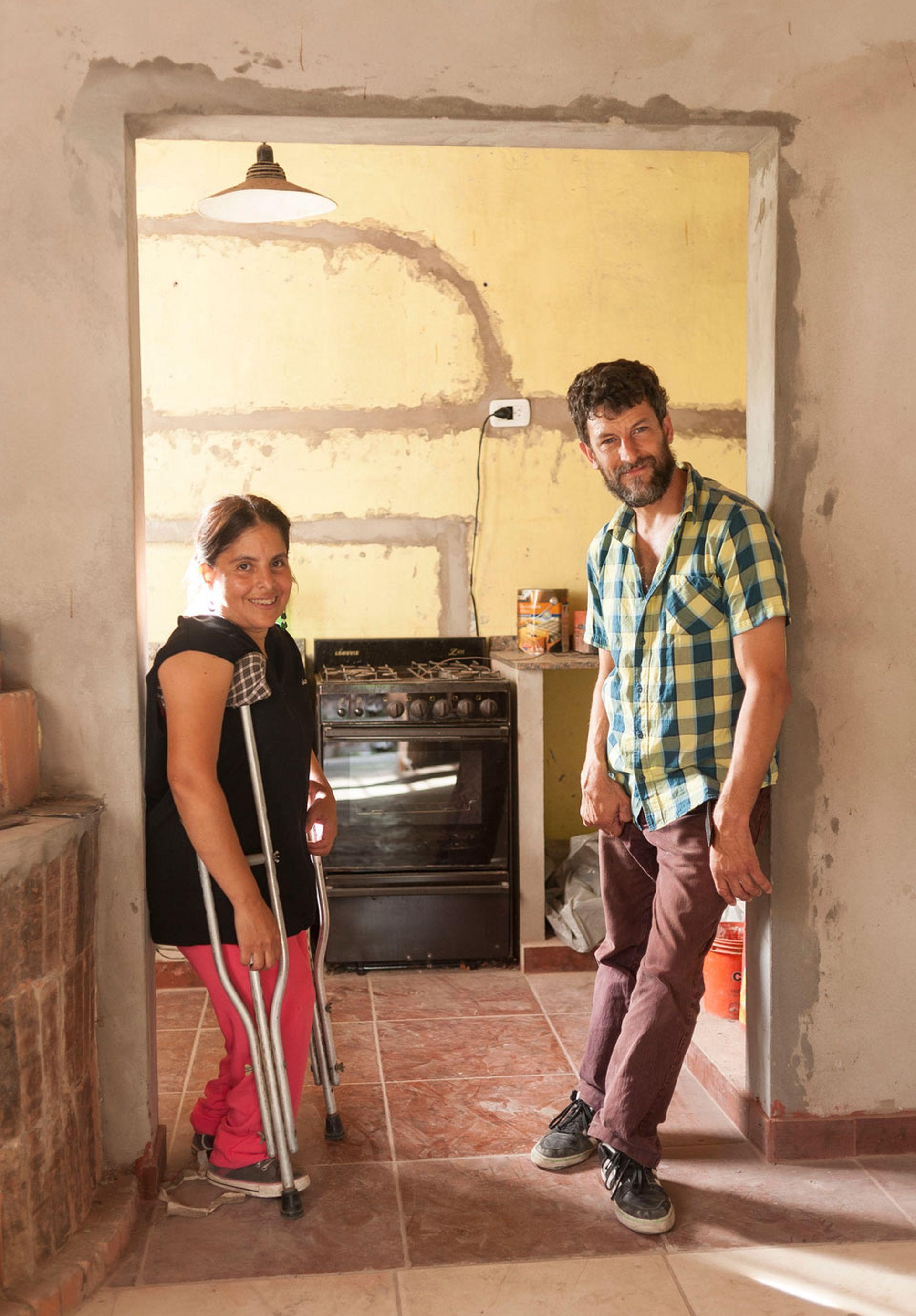 Mónica y Sergio, en el umbral de la casa en la que convivirán