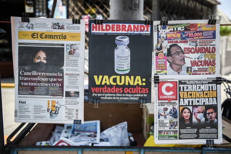 Un quiosco en Lima muestra el 15 de febrero de 2021 periódicos que destacan un escándalo de vacunación temprana que involucra a políticos y altos funcionarios, en medio de la pandemia de coronavirus