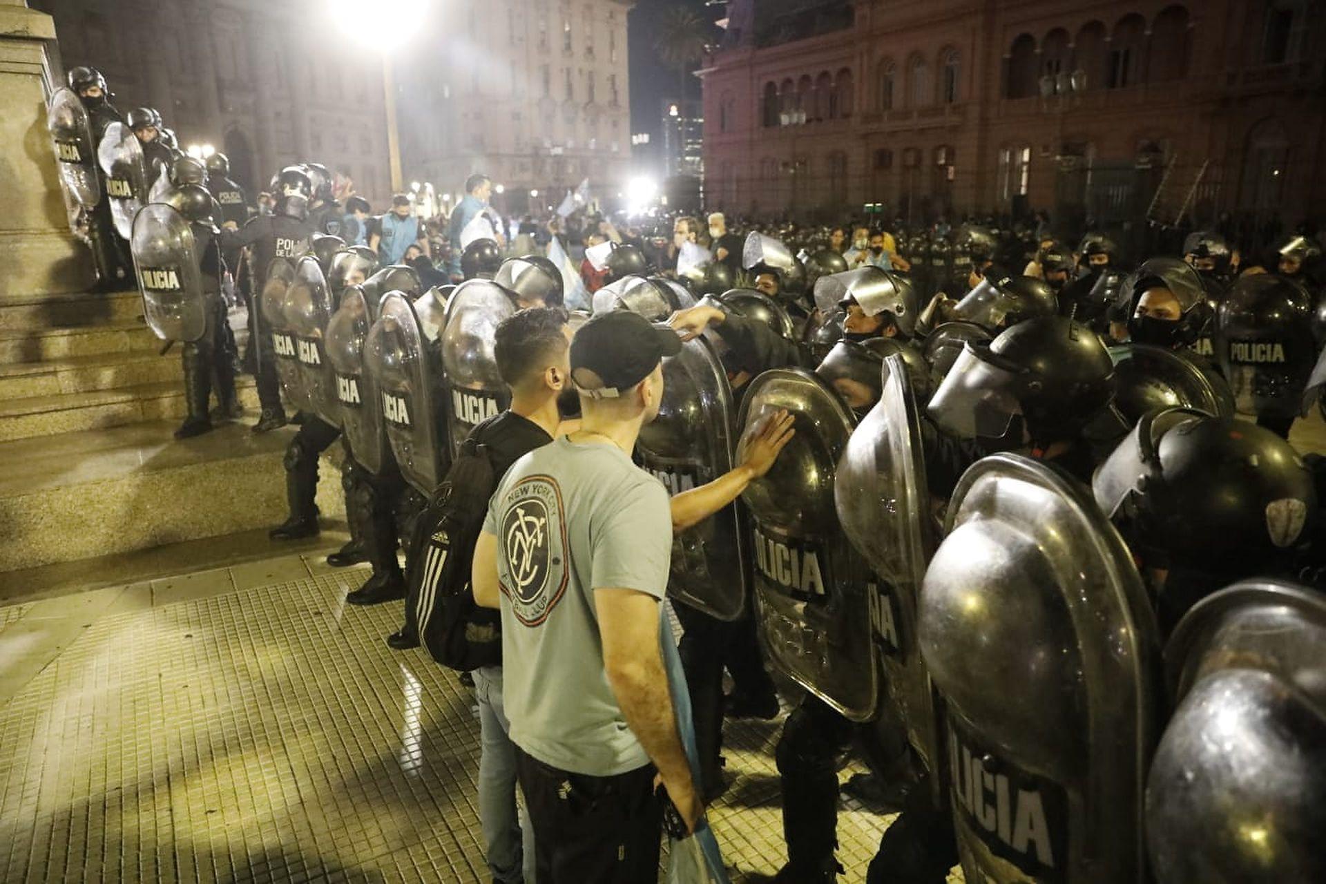 Tensión frente a la Casa Rosada entre un grupo de manifestantes y la policía