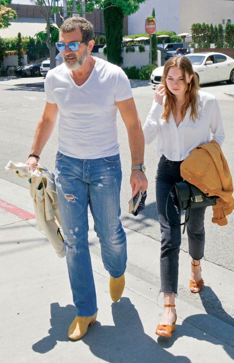 Junto a su hija Stella Banderas (21), en una imagen tomada a principios de junio, en Beverly Hills, después de almorzar en Il Pastaio.