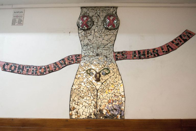Un torso hecho en espejos, en la Maternidad Sardá, insta a las mujeres a controlarse