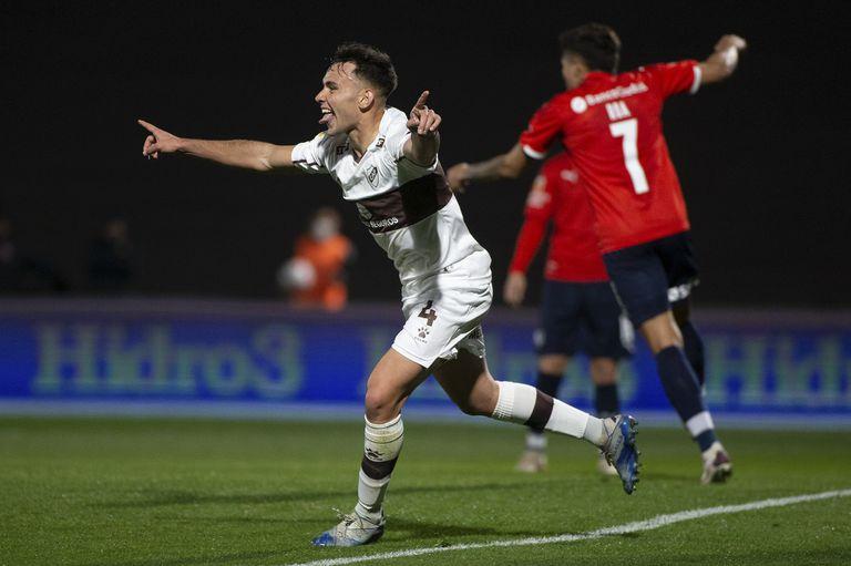 Augusto Schotto festeja el gol de Platense ante Independiente. 31/07/21