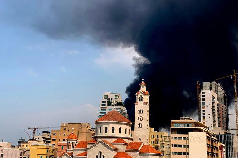 El incendio es muy grande y se combate desde abajo y con ayuda de helicópteros