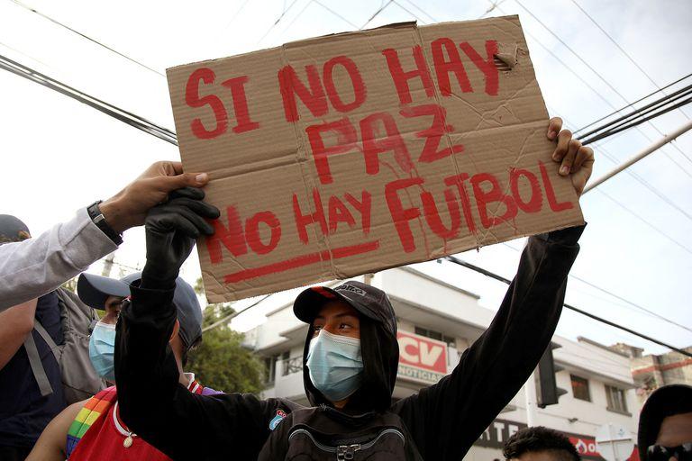 Manifestantes se expresan fuera del estadio Romelio Martinez, en Barranquilla, antes de un partido de la Copa Libertadores. Colombia no organizará lla Copa América