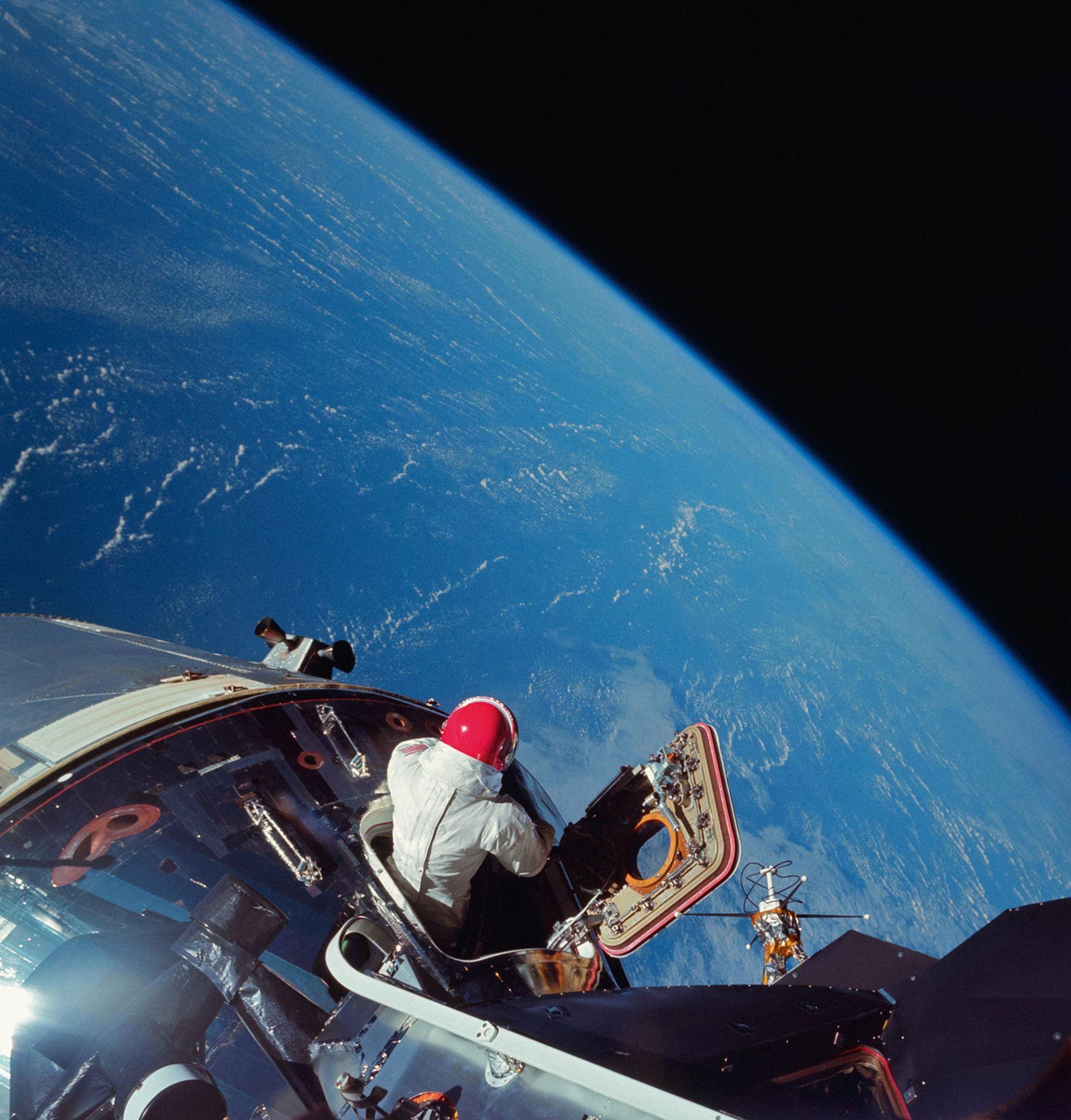 El piloto de Apollo IX emerge de la escotilla –en marzo de 1969– para probar el traje que se usará en las misiones lunares