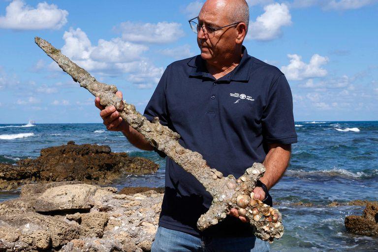 Un buzo israelí rescató del fondo del mar una espada de 900 años que habría sido de un caballero cruzado