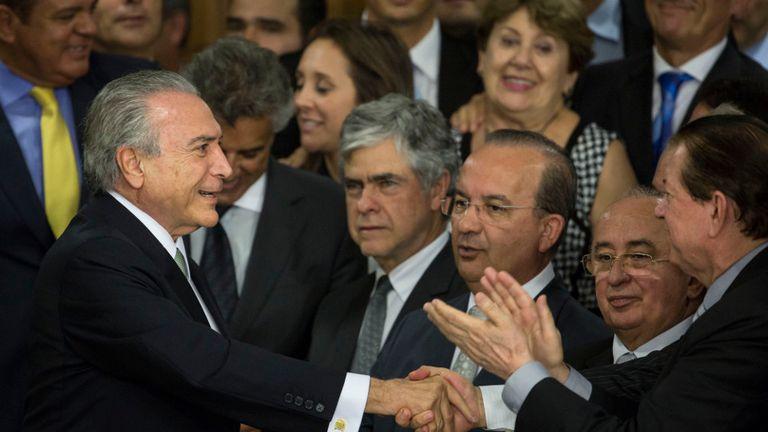 Temer, ayer, al llegar al Palacio del Planalto, antes de dirigirse al país, ya como presidente interino