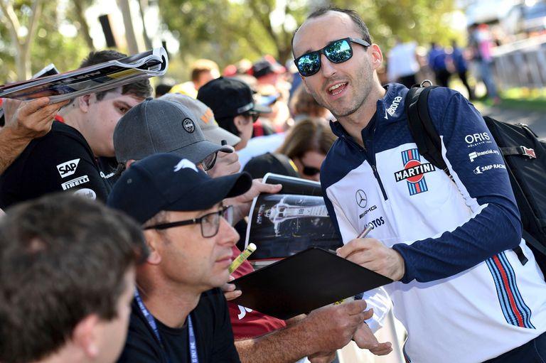 Con una sonrisa, Kubica tiene contacto con los aficionados a pocas horas de su reaparición en la categoría máxima; correrá por Williams, la escudería más débil de la actualidad.
