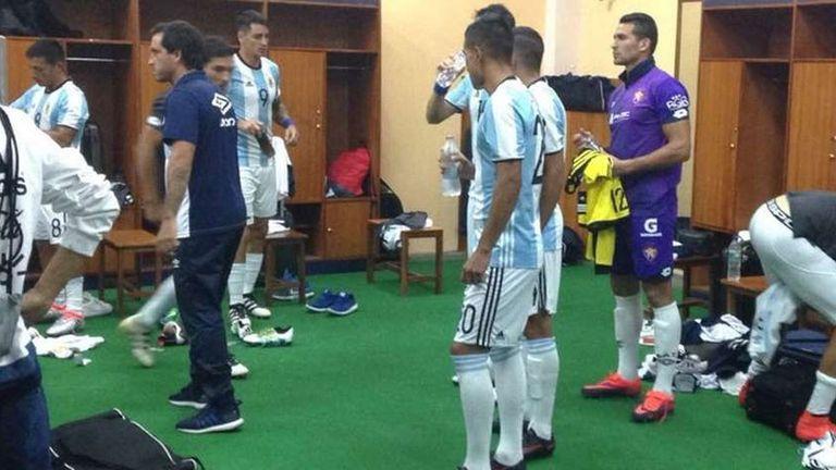 Los jugadores reciben las camisetas de la Argentina, que hasta tienen las etiquetas puestas