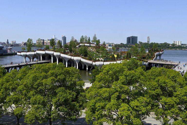 Abre Little Island, el parque flotante de la discordia en Nueva York