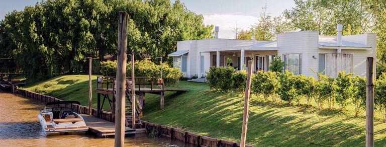 Amor por el Delta. En blanco y madera, una casa inspirada en la vida isleña