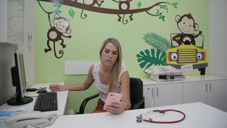 Para la pediatra Rosario Ceballos, las consultas irrelevantes por WhatsApp sobrecargan el sistema de salud