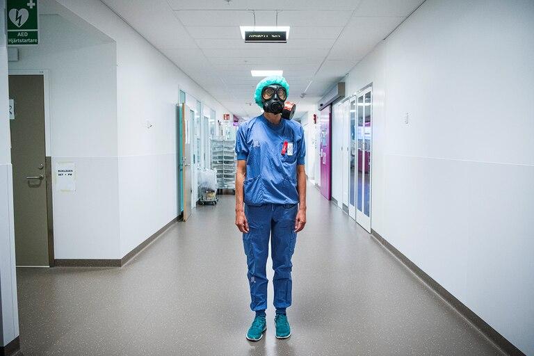 Karin Hildebrand, médico en una unidad de cuidados intensivos (UCI) en el hospital Sodersjukhuset de Estocolmo, es fotografiado con una máscara facial protectora el 11 de junio de 2020