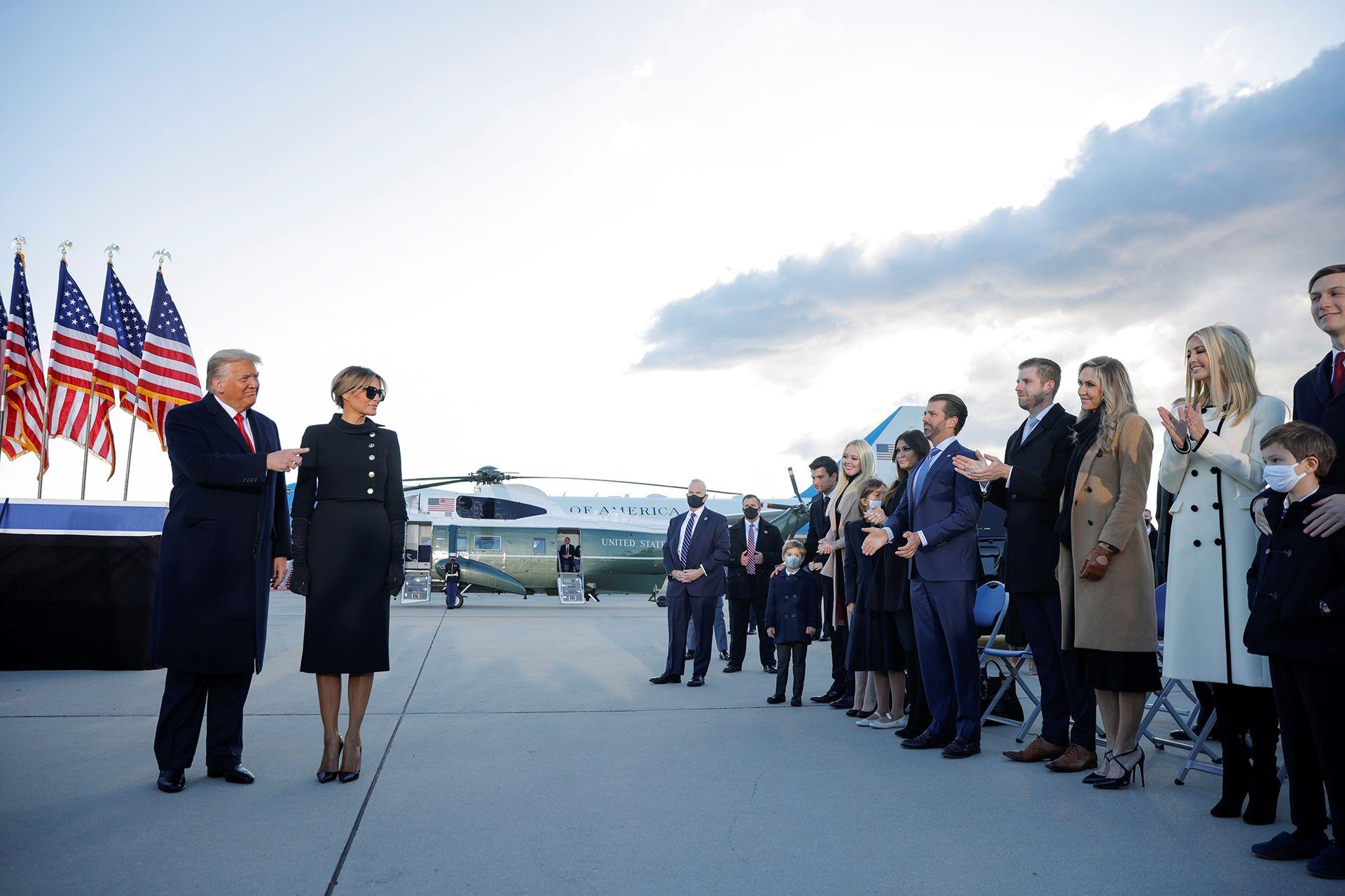 El presidente de Estados Unidos, Donald Trump, junto a su familia en la base conjunta Andrews, Maryland