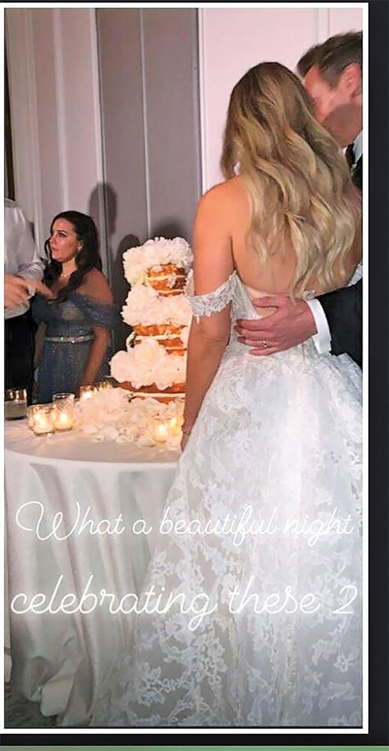 La torta de tres pisos, que descubrimos a través de las redes sociales. Los novios siguieron los ritos típicos, incluso bailaron el vals.