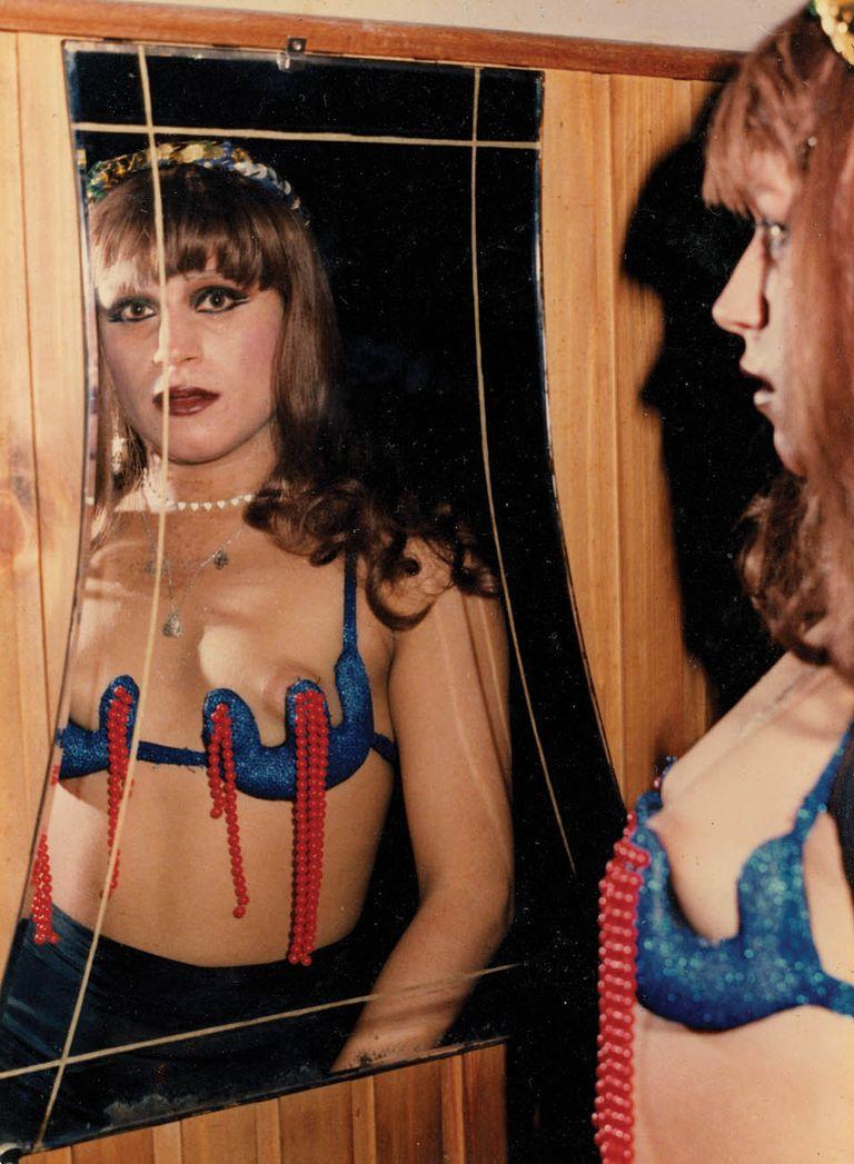 """Me gusto. A comienzos de los 80 Silvia Grey y su reflejo en el cabaret Las Vegas de Mar del Plata. """"En esa época se usaban mucho los teteros con perlas y pedreríos para que se sienta bien el ruido al bailar. ¡Qué años tan lindos!"""", recuerda. Sus fotos fueron digitalizadas por el AMT en 2017."""