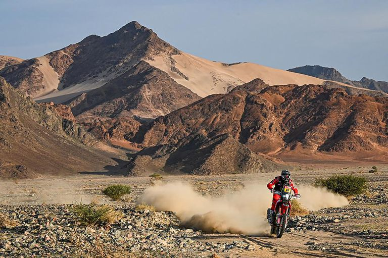 Arena, montaña, ripio, polvo..., la navegación resultó una de las virtudes de Kevin Benavides para lograr el histórico triunfo en el Rally Dakar