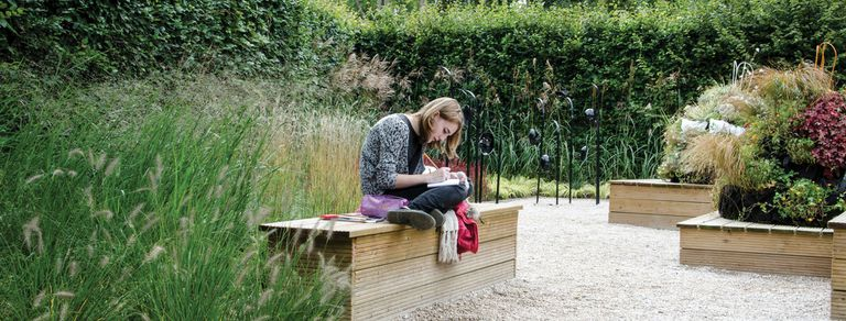 Siete ideas para crear espacios funcionales y de descanso en tu jardín