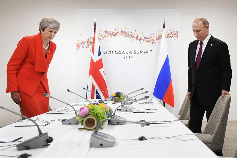 Theresa May, como casi siempre en monocromo, con tailleur de un solo botón en colorado shocking. Y collar de cadena gruesa.