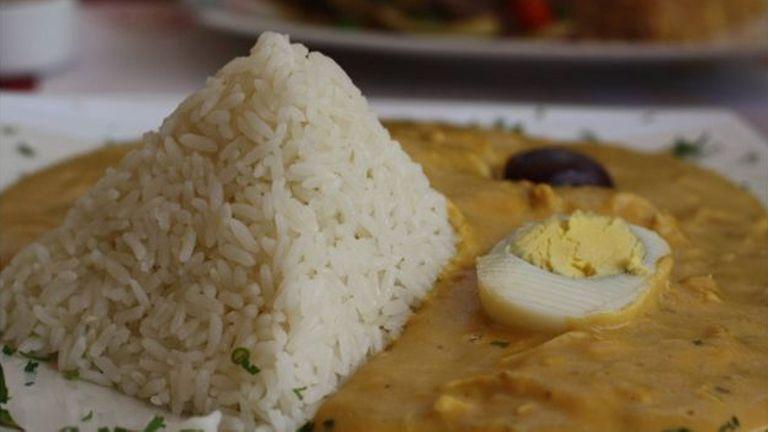 El ají de gallina es uno de los platos típicos de la comida peruana que adquiere su color amarillo característico gracias al uso de cúrcuma