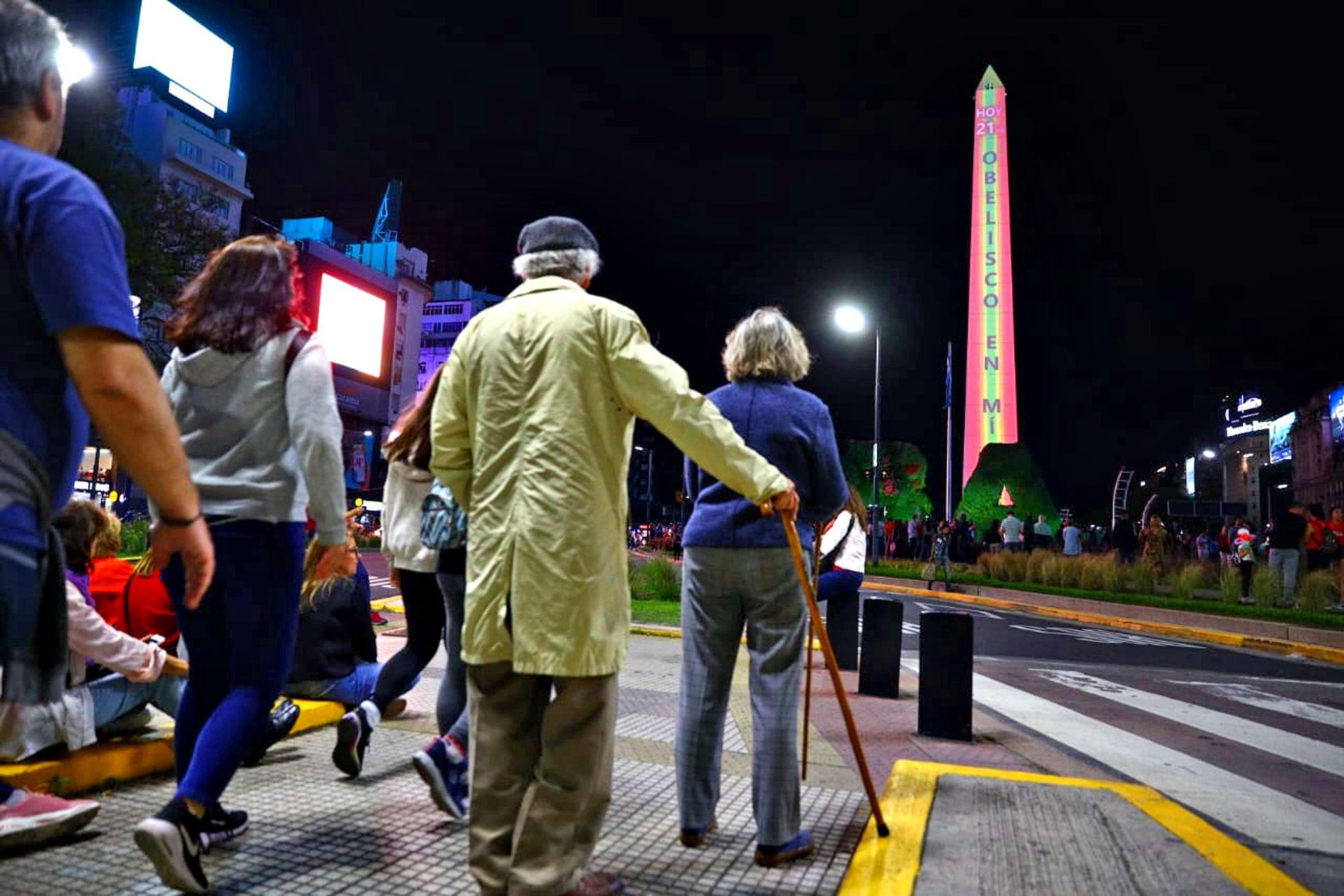 El público durante la espera para la intervención lumínica de Julio Le Parc sobre el Obelisco