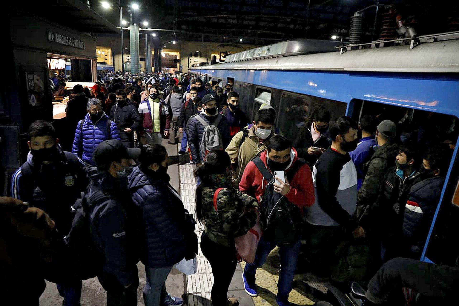 Trenes atestados en Constitución luego de un corte en las vías que duró siete horas