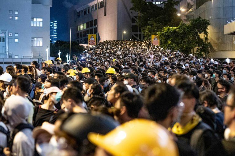 Manifestantes colmaron la puerta de la sede de la policía de Hong Kong.