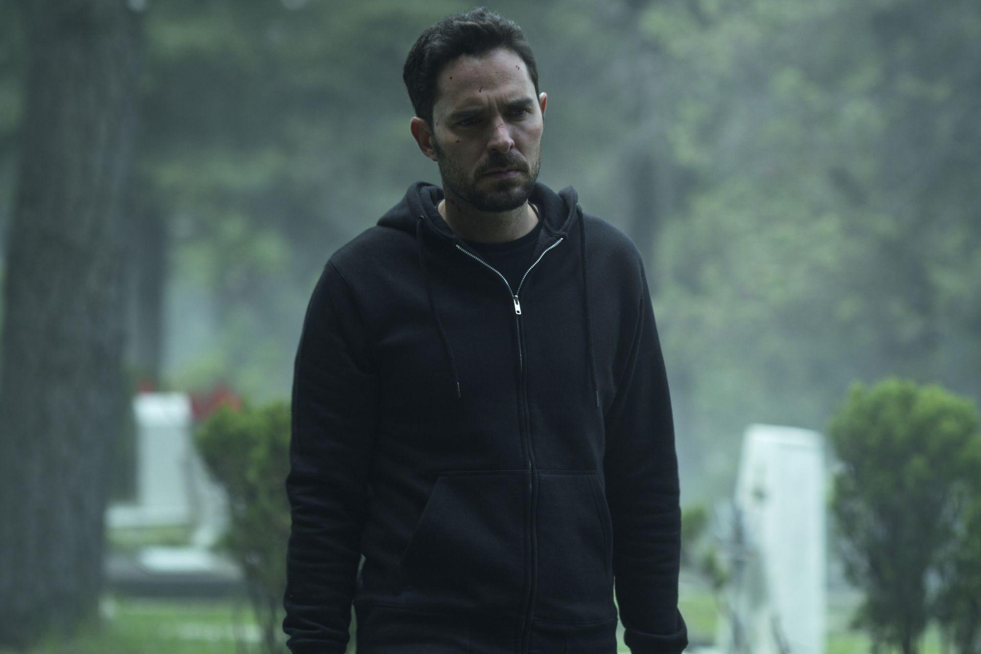 Alex (Manolo Cardona) descubrirá en la segunda temporada que su hermana Sara guardaba muchos secretos.