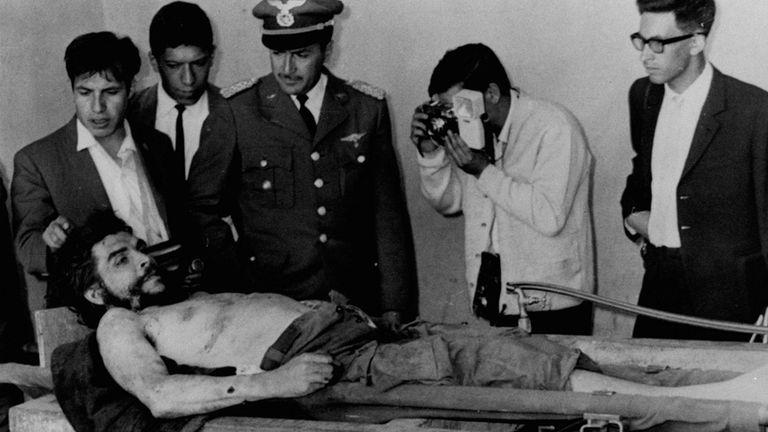 El ejército boliviano le permitió a la prensa tomar fotografías del cuerpo de Ernesto Guevara el 10 de octubre de 1967, en Vallegrande