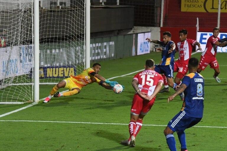 Moyano controla un balón en el área de Unión
