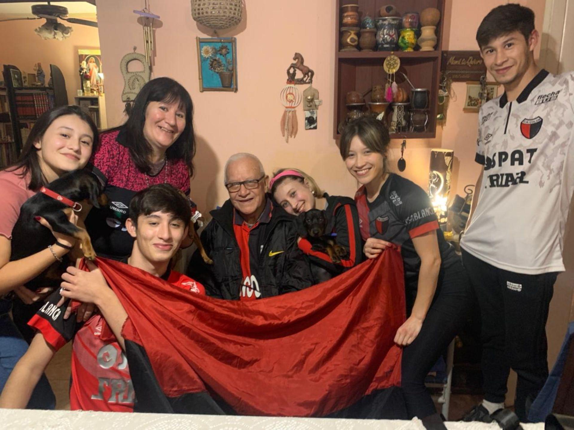 """""""Chiche"""" y su hermosa familia disfrutando el campeonato de Colón, el primero de su historia."""