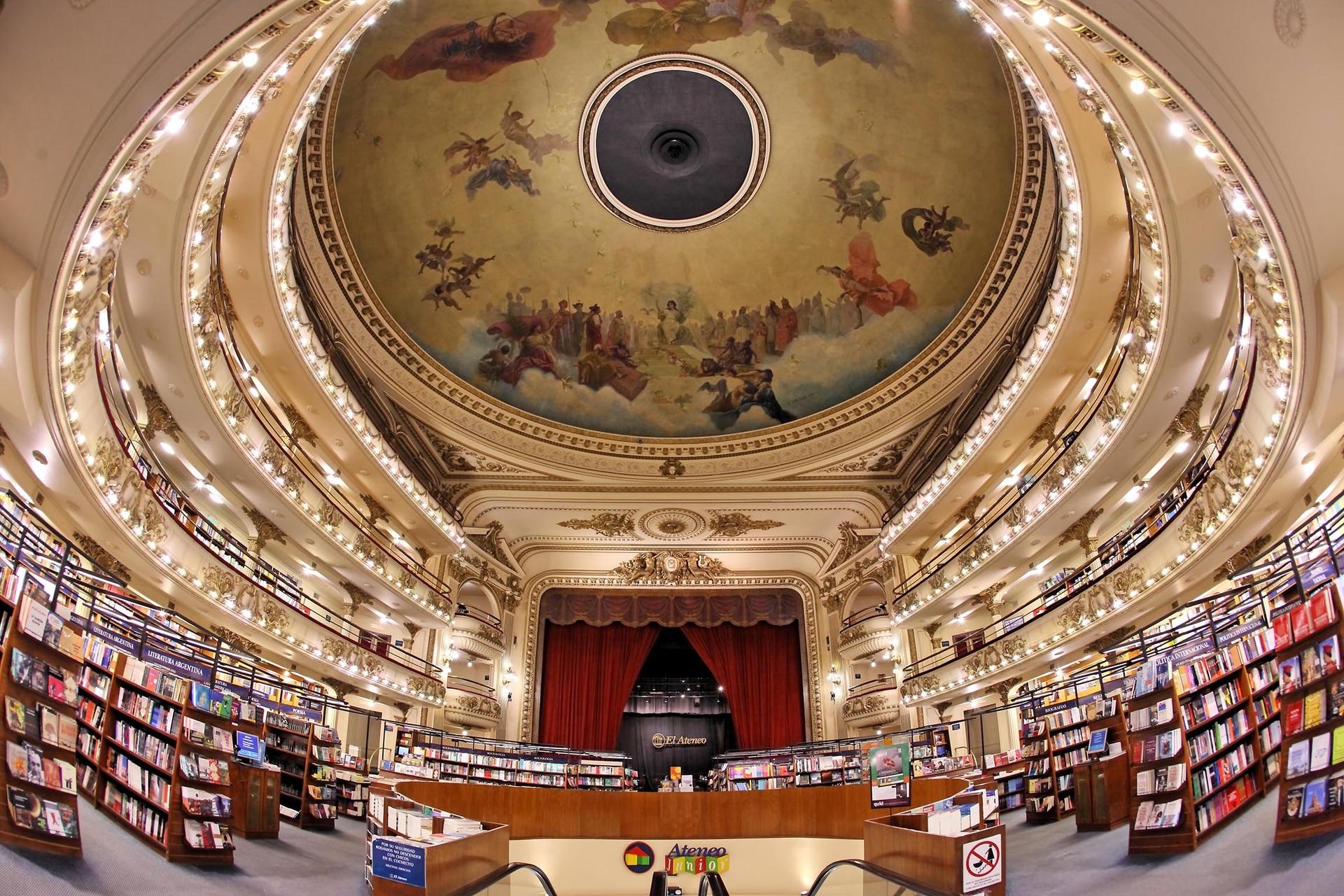 Su cúpula, uno de sus grandes atractivos, fue pintada por el pintor italiano Nazareno Orlandi con motivos que celebran el fin de la Primera Guerra Mundial