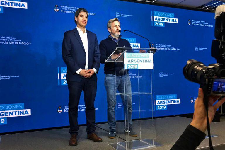 Adrián Pérez y Rogelio Frigerio desde el centro de cómputos